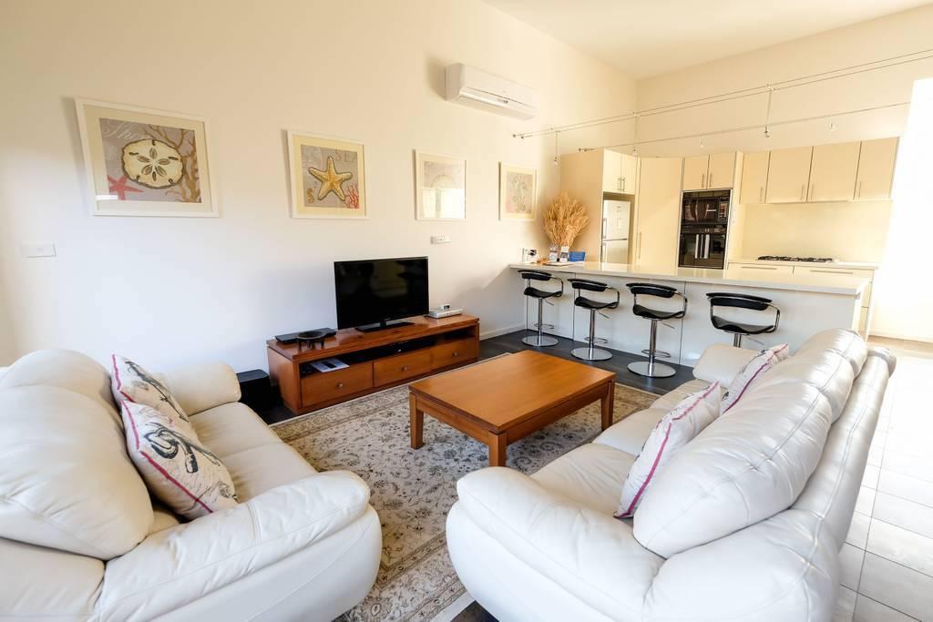 Whitesbeach Guesthouse Coach House - Kitchen Livingroom